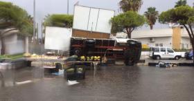 Tromba d'aria su Porto Cesareo: raffiche di vento che fa ribaltare una barca e un camion